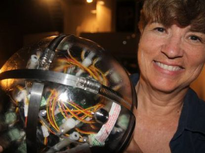 Edith Widder's e-jelly, a device which mimics jellyfish bioluminescent distress calls, attracted the giant squid